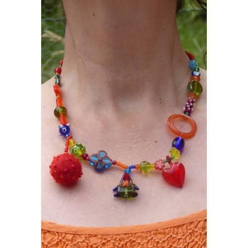 Halskette mit bunten Glasperlen