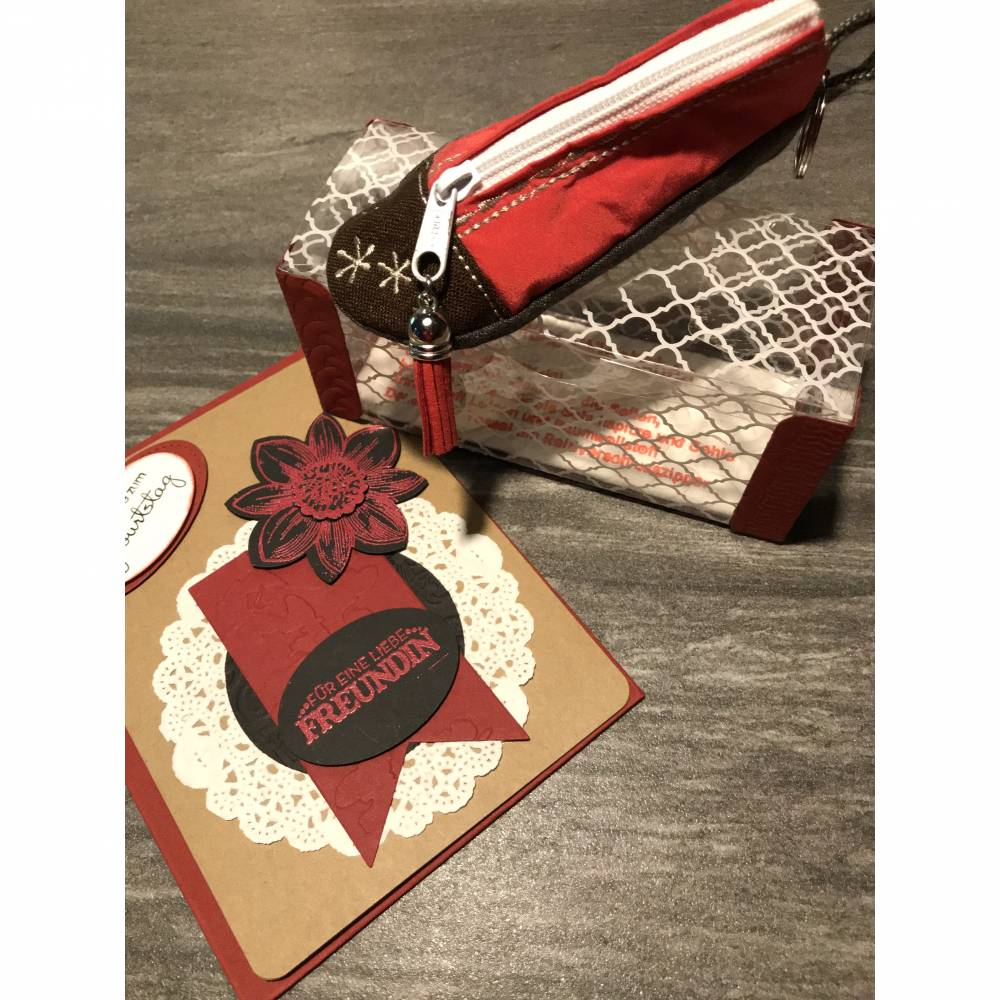 Zum Geburtstag der liebsten Freundin: Glückwunschkarte und Utensilientäschchen in Pantoffelform mit Schlüsselring Bild 1