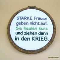 Gestickter Spruch im Stickrahmen zum Aufhängen STARKE FRAUEN Bild 1