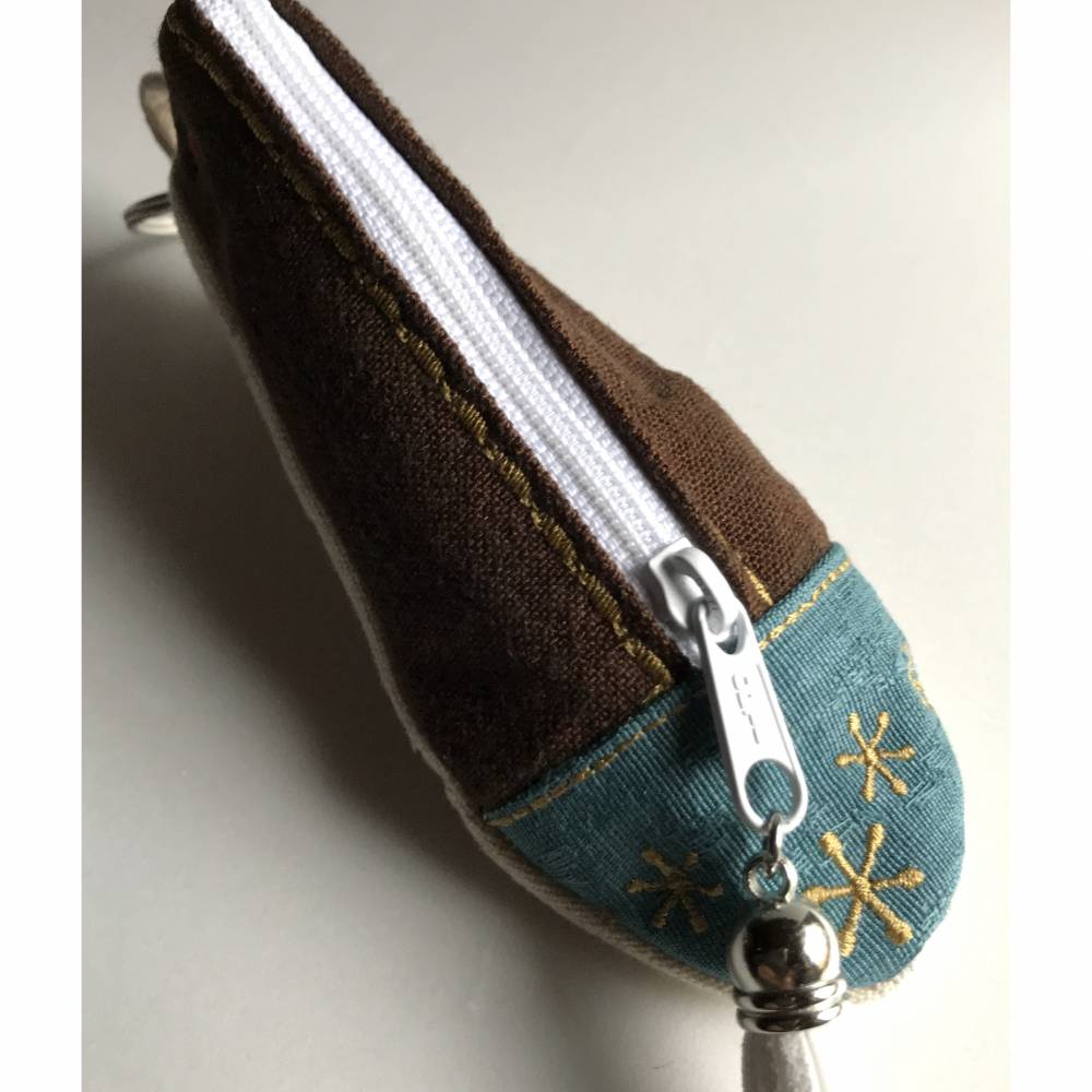 Geldgeschenk zu Weihnachten: Besticktes Utensilientäschchen in Pantoffelform mit Schlüsselring - Braun-Weiss-Grün  Bild 1