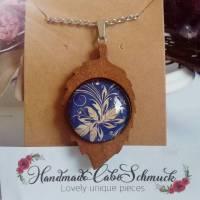 Cabochon Kettenanhänger, Halskette, 2 Varianten Holzfassung, Blumenranke blau-beige Bild 1