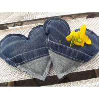 2er Set Upcycling Taschenwärmer aus einer alten Jeans in Herzform, auch als Geldgeschenk zu verwenden. Bild 1