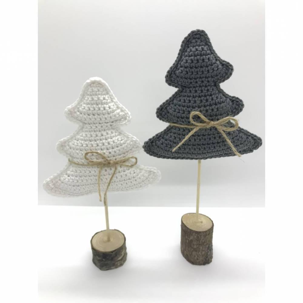 Weihnachtsbäume auf Holzstamm Bild 1