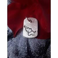 rechteckiger Anhänger mit eingeprägtem Elefanten aus 999 Silber, mattiert Bild 1