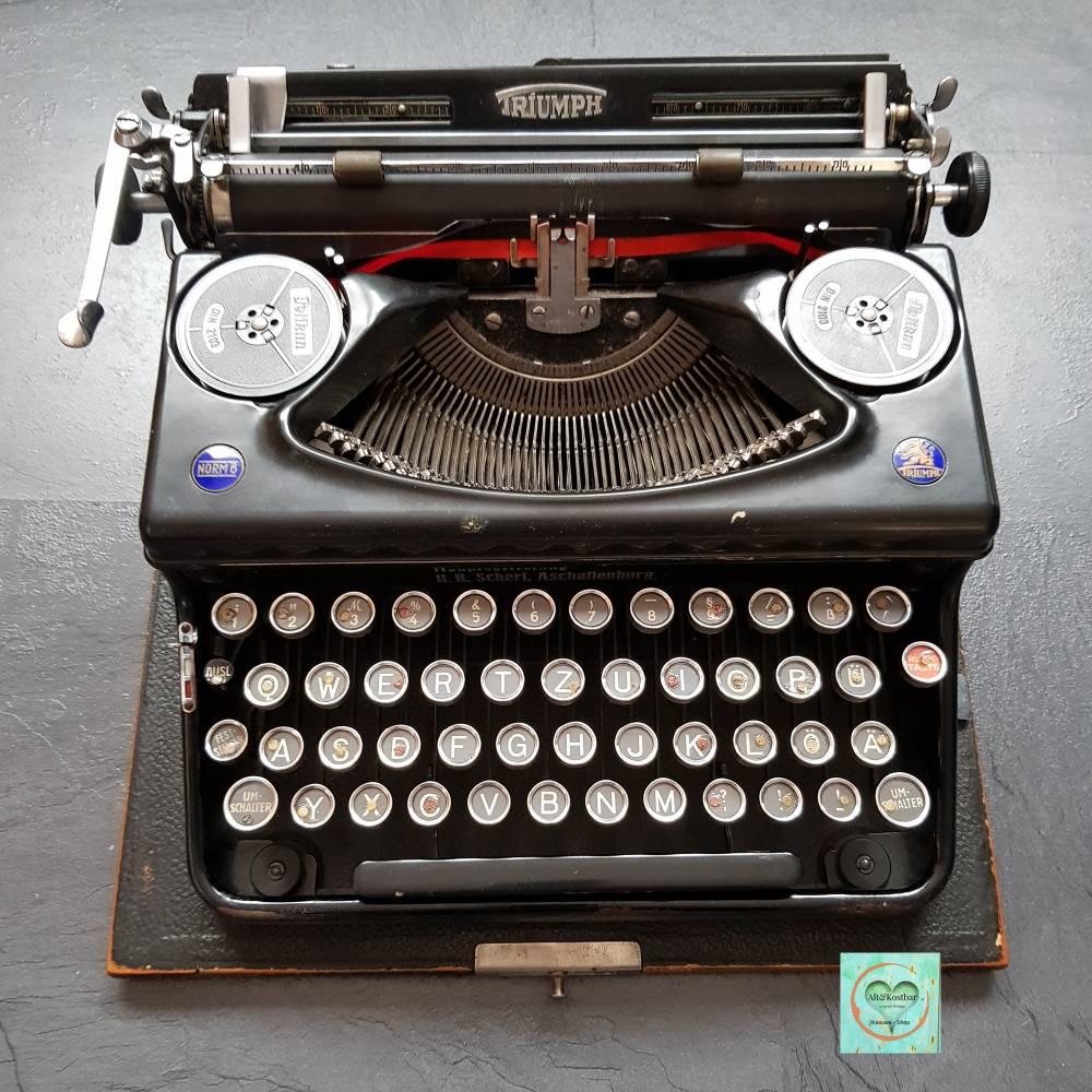 vintage, antike manuelle Schreibmaschine mit Holzkoffer aus den 20ern oder 30ern, Marke Triumph mit dem Löwen Bild 1