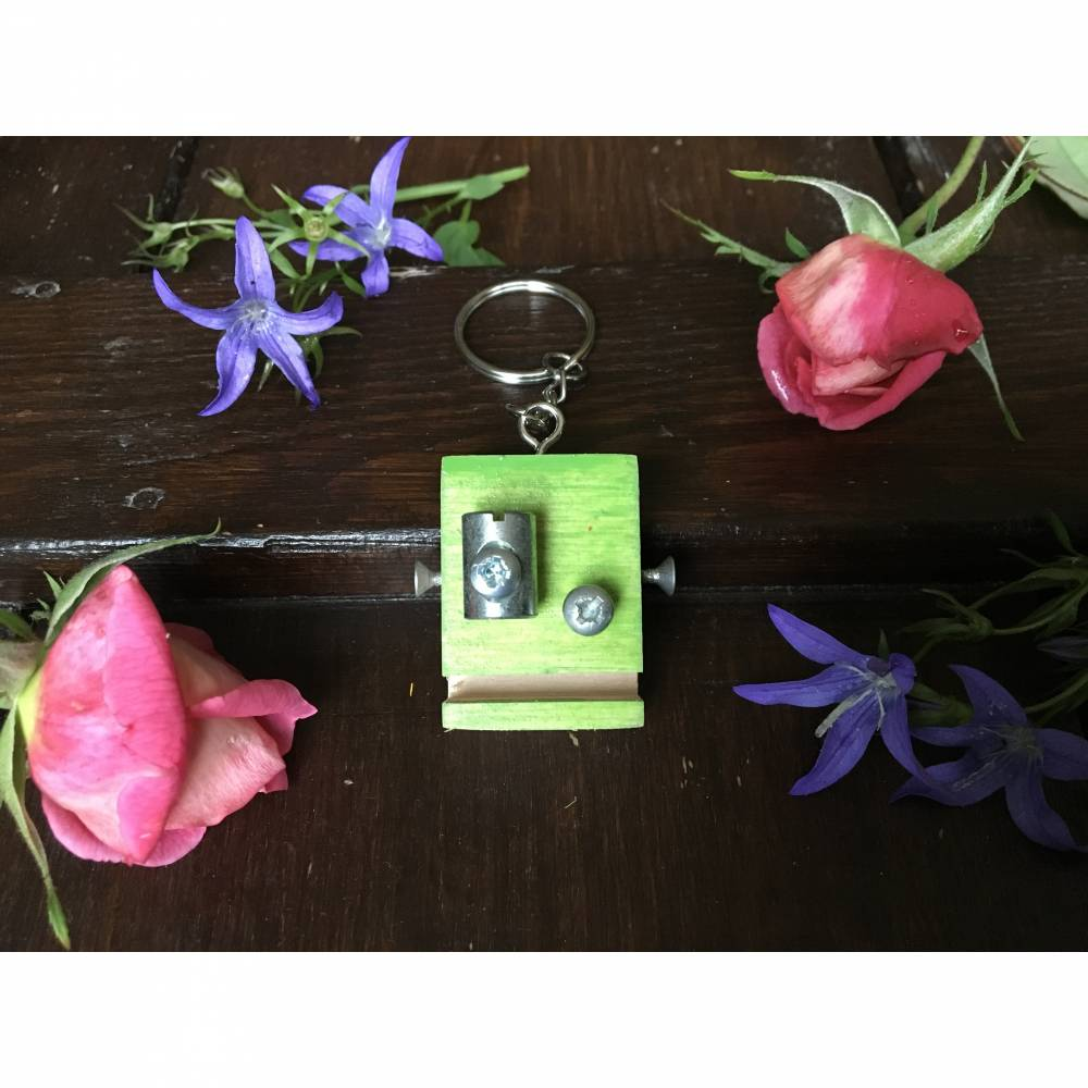 Schlüsselanhänger kleiner Roboter grün Multiplex-Holz handmade Steampunk upcycling Bild 1