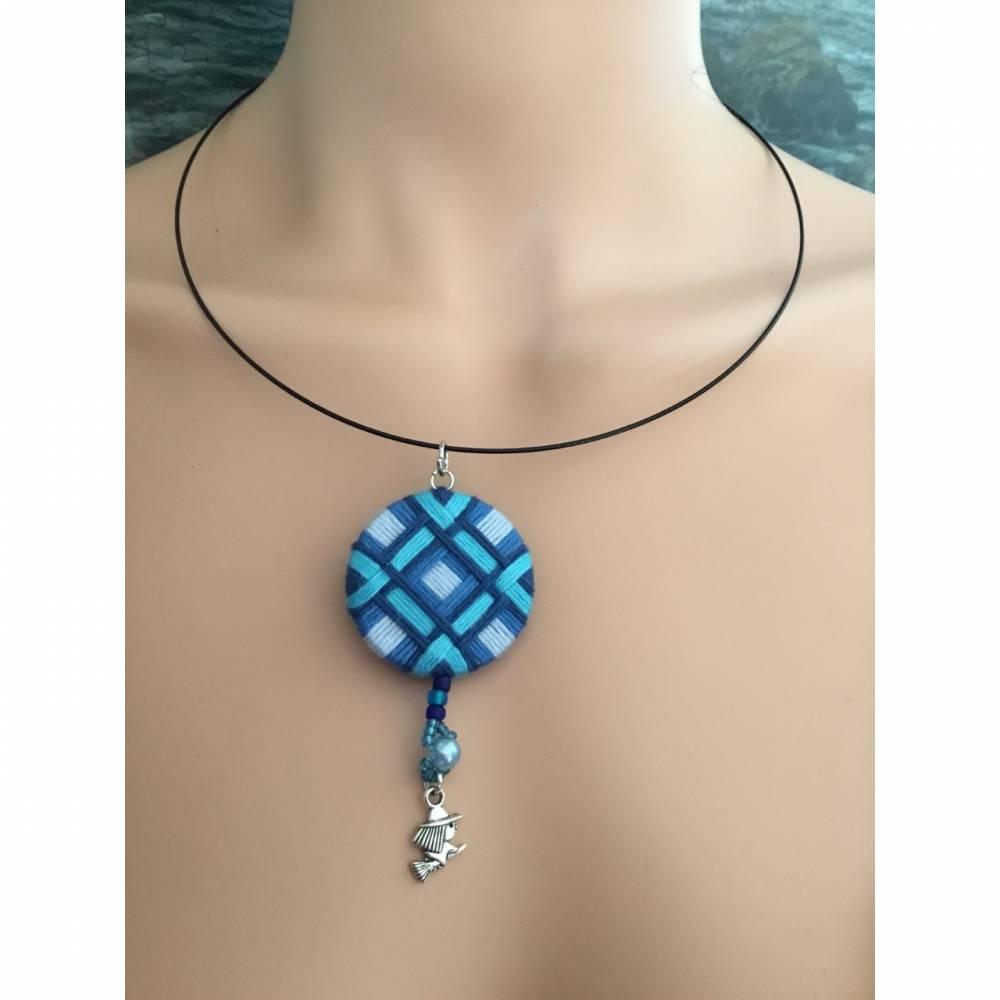 Halsring mit Zwirnknopfanhänger, Posamentenknopf, Halskette,hell und dunkel blau, mit Perlen, Knopf, Kette, Halsreif, He Bild 1