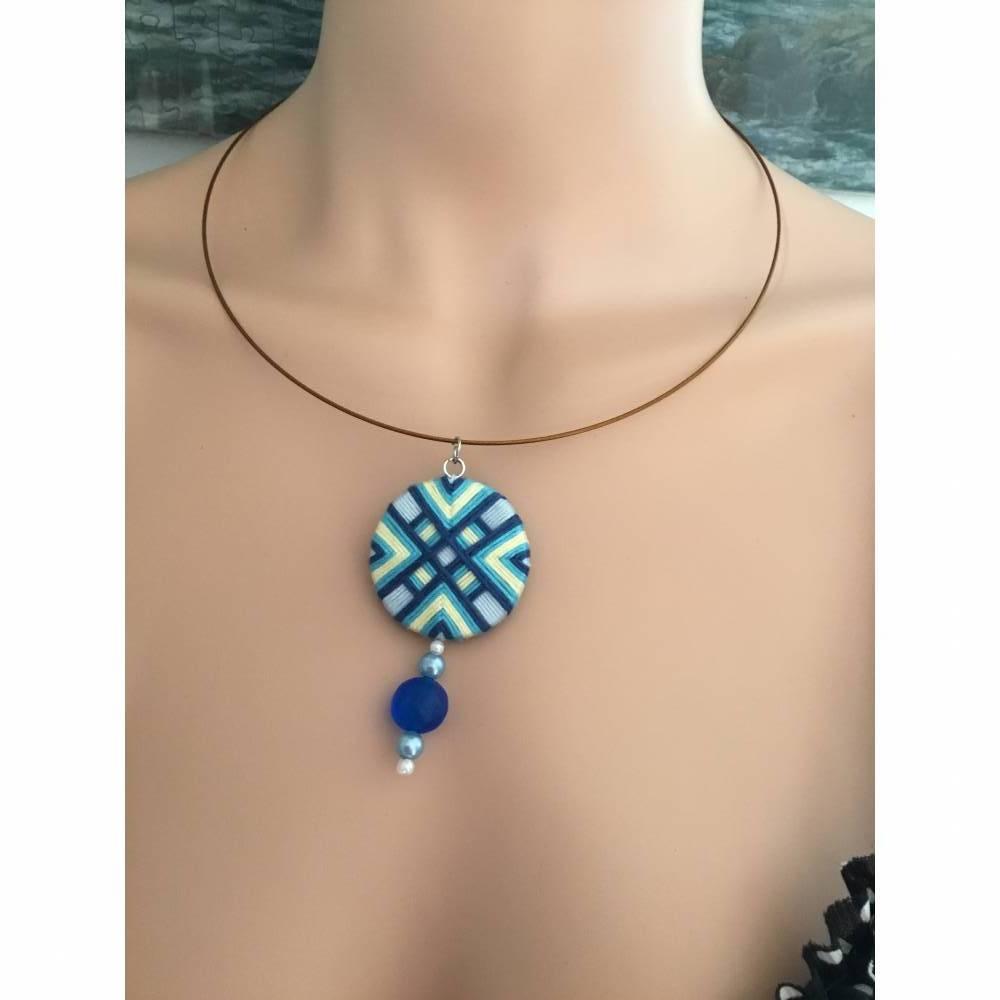 Halsring mit Zwirnknopfanhänger, Posamentenknopf, Halskette,blau,gelb, mit Perlen, Knopf, Kette, Halsreif Bild 1