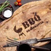 Servierbrett aus Olivenholz inkl. Gravur BBQ GRANDMASTER – mit Saftrille & Grifflasche Tranchierbrett Schneidebrett für  Bild 1
