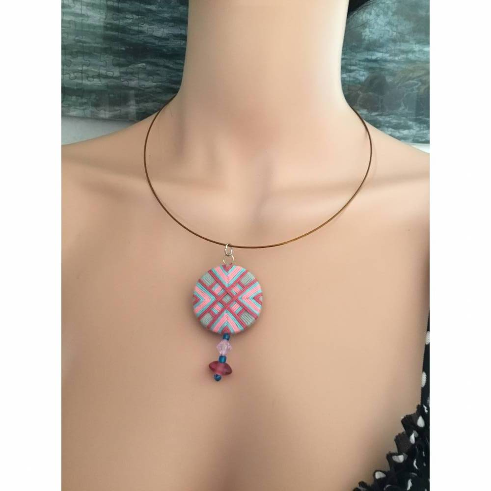 Halsring mit Zwirnknopfanhänger, Posamentenknopf, Halskette,rosa/grau/blau, mit Perlen, Knopf, Kette, Halsreif, Anhänger Bild 1