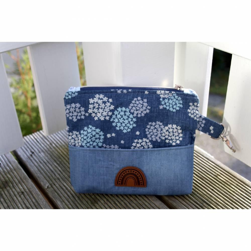 Minitasche aus bedruckten & unifarbenen Jeansstoff. Dieses Täschchen  hat Platz für dein Handy, 3 Steckfächer für Deine  Bild 1