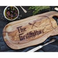 """BBQ Servierbrett aus Olivenholz inkl. Gravur """"The Grillfather"""" mit Grifflasche – Schneidebrett für Burger, Grill, Fleisc Bild 1"""