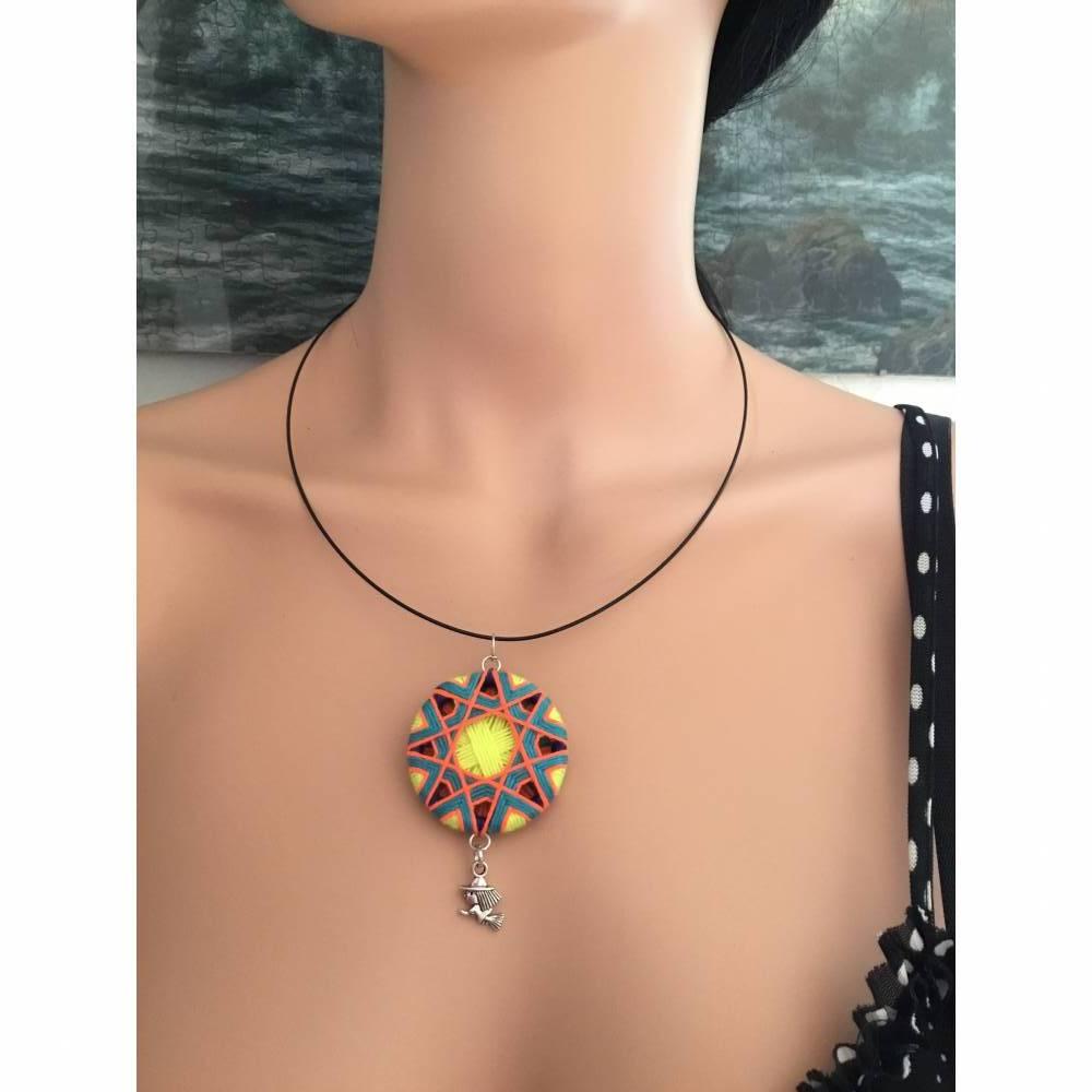 Halsring mit Zwirnknopfanhänger, Posamentenknopf, Halskette, neon Farben Bild 1