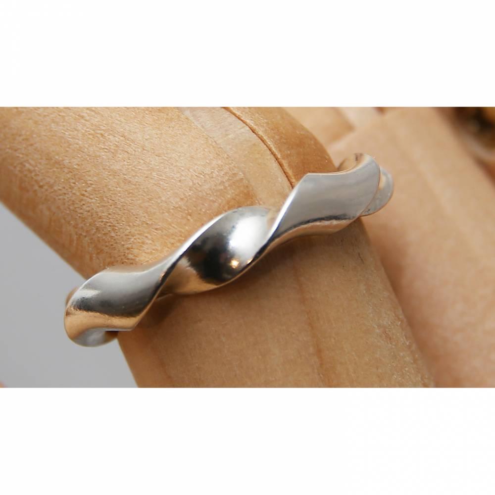 """Ring """"Girlande"""" aus 935 Silber. In sich gedrehter Fingerring in  Weite 52  Bild 1"""
