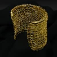 breite und edle Armspange gehäkelt aus 24ct vergoldetem Draht - bcd manufaktur Bild 2