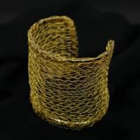 breite und edle Armspange gehäkelt aus 24ct vergoldetem Draht - bcd manufaktur Bild 4