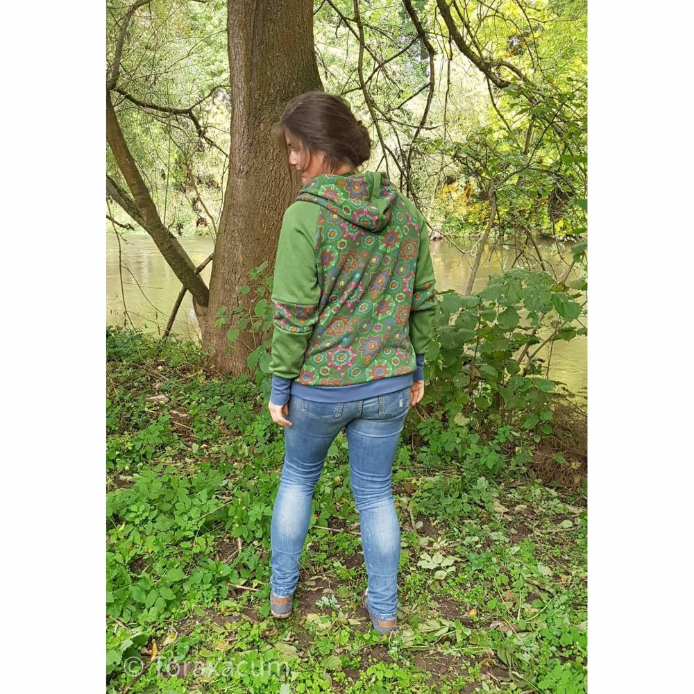 """Hoodie """"Mandala"""" für Frauen, warmer Kapuzenpullover, Sweatshirt grün, Sweater für sie, Raglan Pullover mit Blume Bild 1"""