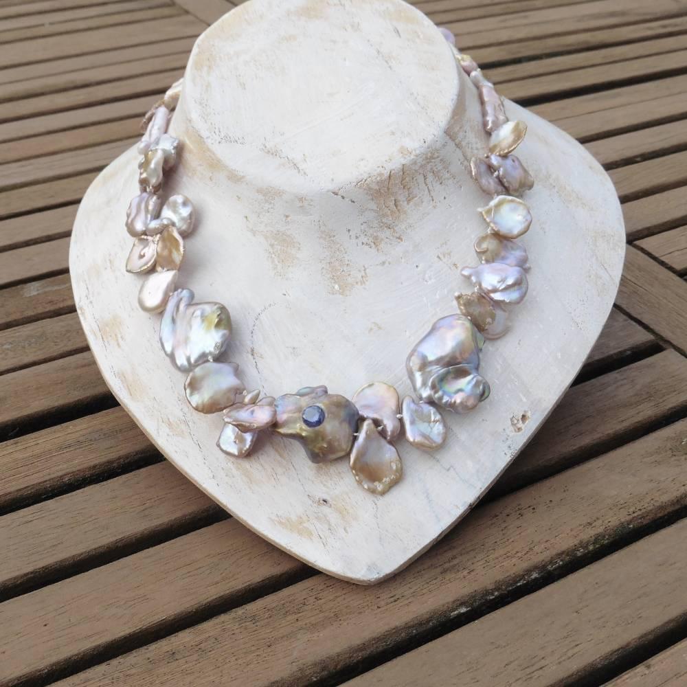 Extravagante natürliche Perlenkette mit blauem Saphir, Keshi-Perlen Rosenblätter Bild 1