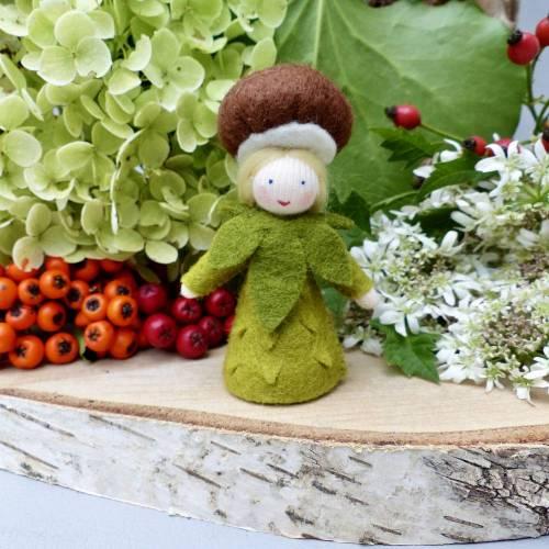 Blumenkind Kastanie für den Jahreszeitentisch im Herbst,  Pilz Filzpüppchen und Deko Figur