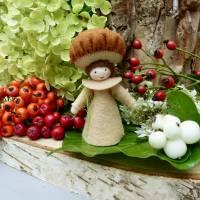 Blumenkind Steinpilz für den Jahreszeitentisch im Herbst,  Pilz Filzpüppchen und Deko Figur Bild 1