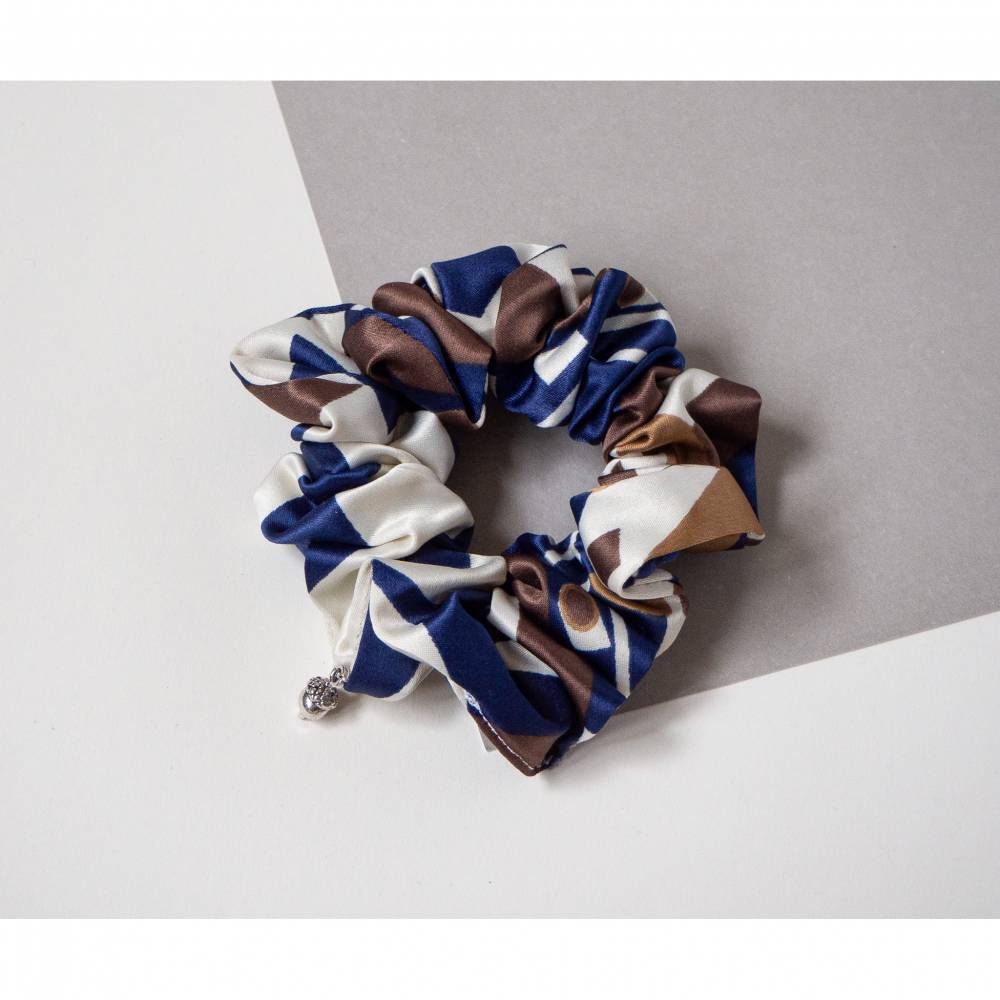Weiche, seidige Scrunchies aus Vintage Satin. Handgemachtes Haargummi, Zero Waste, Upcycling, umweltfreundlich. Nachhalt Bild 1