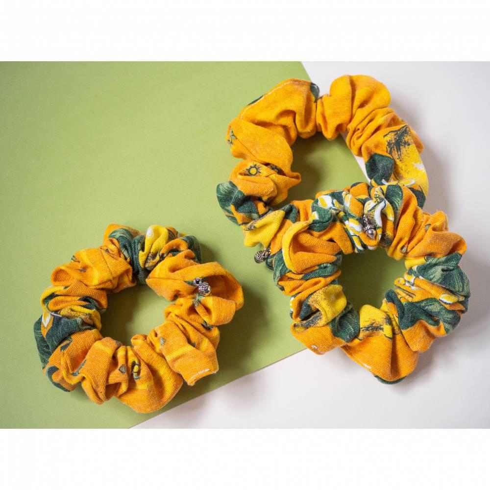 Upcycling Scrunchie mit Zitronenmuster, handgenähtes Haargummi aus secondhand Stoffresten. Nachhaltiges, umweltfreundlic Bild 1