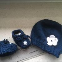Erstlingsset - Babymütze plus Schühchen mit Blume , blau -weiß Bild 1