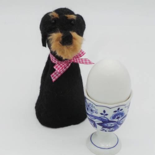Eierwärmer Dackel aus Filz, Tischdekoration für Hundebesitzer handgefilzt in Form eines Rauhaardackels, Hundefigur hält