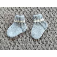 Babysöckchen, Babyschuhe, Strümpfe, handgestrickt,  0- 3 Monate, hellblau-wollweiß Bild 1