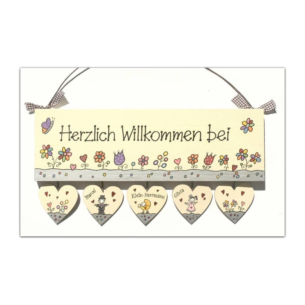 Türschild Holz Herzlich Willkommen Namensschild personalisiert mit Herzanhänger Holztürschild individuell Familienschild handbemalt Bild 1