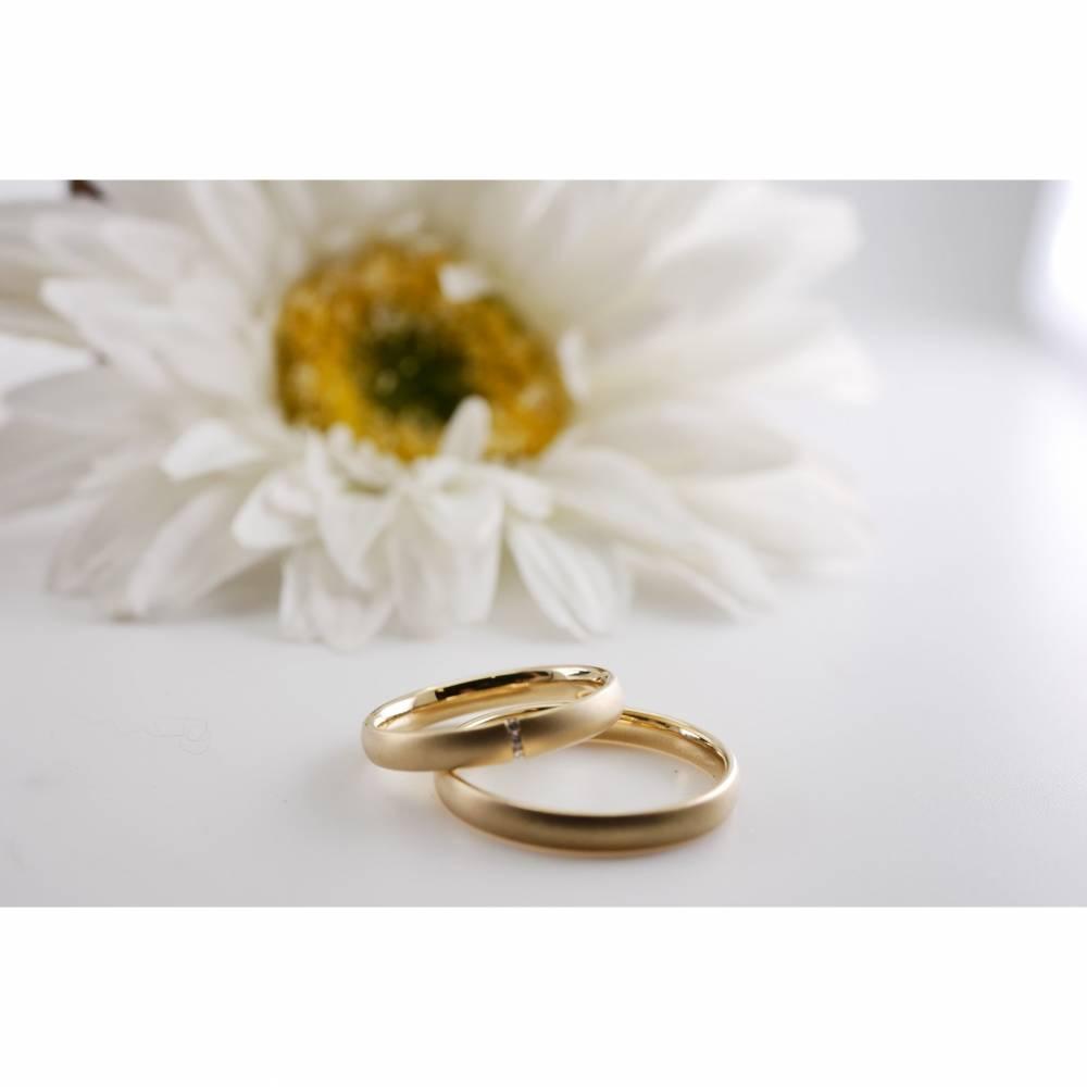 TRAURINGE, 1 Paar Gold, 3 Brillanten + individuelle Gravur, Hochzeit und Liebe, zarte Eheringe, mattiert mit Gravur, Bild 1