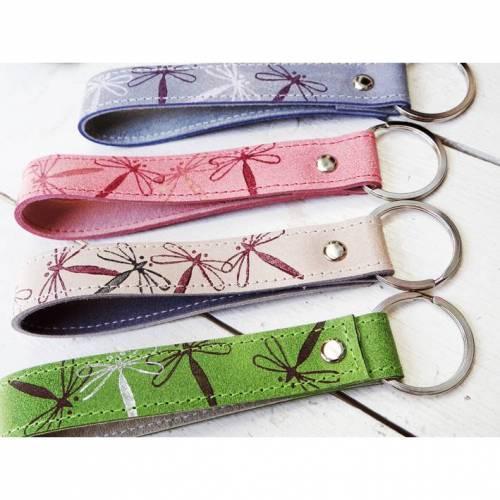 Lederschlüsselanhänger Libelle mit Wunschtext innen - schönes Geschenk zum Muttertag, für die Lehrerin oder die Hebamme