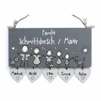Türschild Familie personalisiert mit Herzanhänger Namensschild Grautöne Familientürschild Wunschfiguren Holztürschild erweiterbar  Bild 1