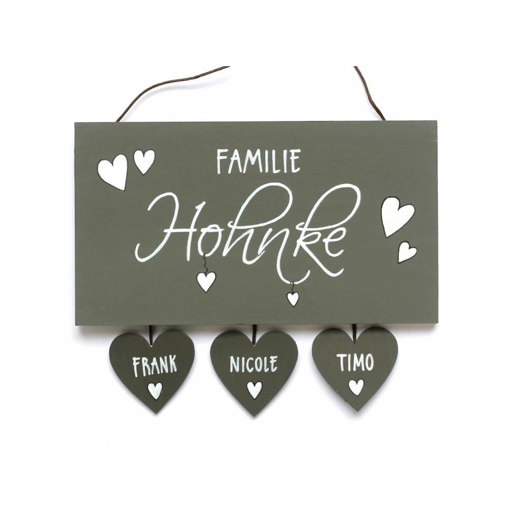 Türschild Familie Holz personalisiert mit Herzanhänger Familienschild handbemalt Holztürschild individuell Namensschild Wunschname Bild 1