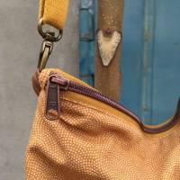Handtasche Umhängetasche Tasche senfgeb Punkte Kunstleder Bild 5