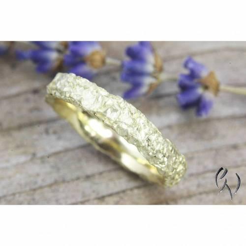 Schmaler Ring aus Gold 585/-. Knitterring, ca 3-4 mm, eckig