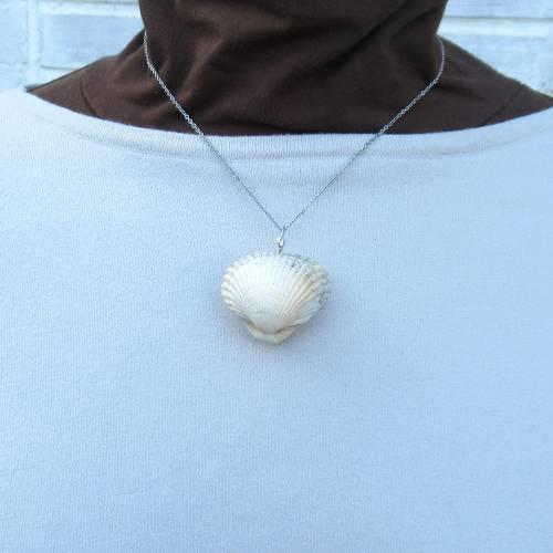 Origineller Kettenanhänger aus einer doppelten Herz Muschel mit Perle als Füllung und Klang