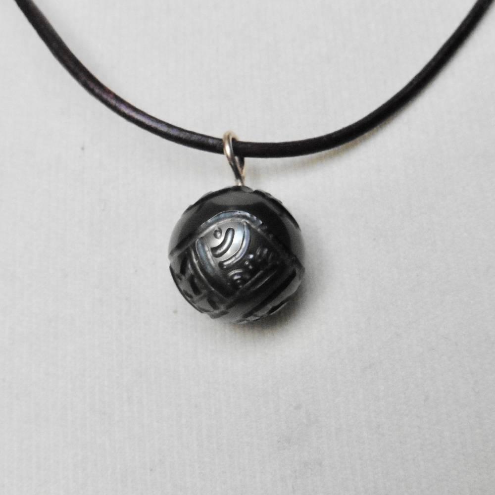Geschnitzte Tahiti-Perle, gravierter Kettenanhänger an einer verstellbaren Lederkette Bild 1
