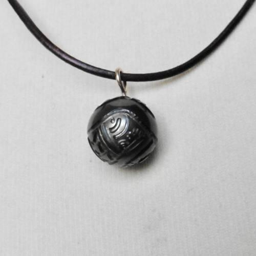 Exotisch: Geschnitzte Tahiti-Perle, graviert mit Tattoos, an einer verstellbaren Lederkette