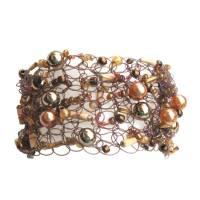 Kunstperlen Armband in braun rosè apricot honiggelb goldfarben und mit Holzstäbchen gehäkelte Handarbeit Bild 1