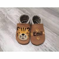 Lederpuschen mit Tiger, Tigerspuren und Name, Krabbelschuhe, Lauflernschuhe, Babyschuhe Bild 1