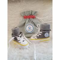Baby Sneaker im Stoffsäckchen Bild 1