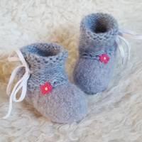 Babyfilzschuhe-Mädchen-graublau mit Häkelblümchen und Bindeband Bild 1