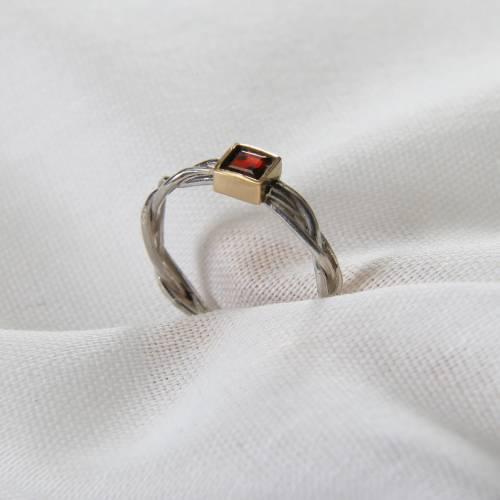 """Fingerring """"Zopf II"""" Weite 54,5, aus 935 Silber mit einem Granat-Carrée, gefasst in 750er Gelbgold"""