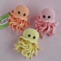 3 kleine gehäkelte Medusen Quallen aus Bio-Baumwolle hellgelb, rosa und pfirsich Handarbeit  Bild 1
