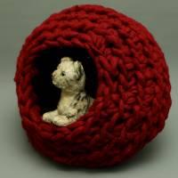 Stabile Katzenhöhle in Rot aus Schafwolle von bcd wollmanufaktur Bild 1