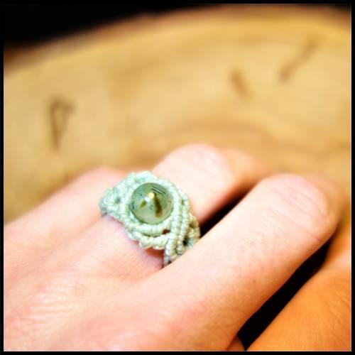 Makramee - Ring in hellem Mintgrün mit Prehnit - Perle