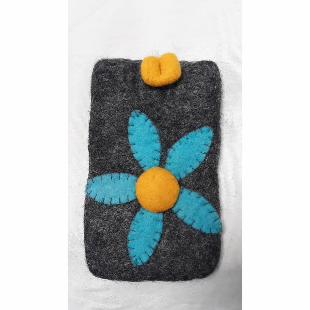Handytasche, handgefilzt aus grauer Schurwolle mit großer, türkiser Blume als Applikation und gelbem Filzknopf. Bild 1