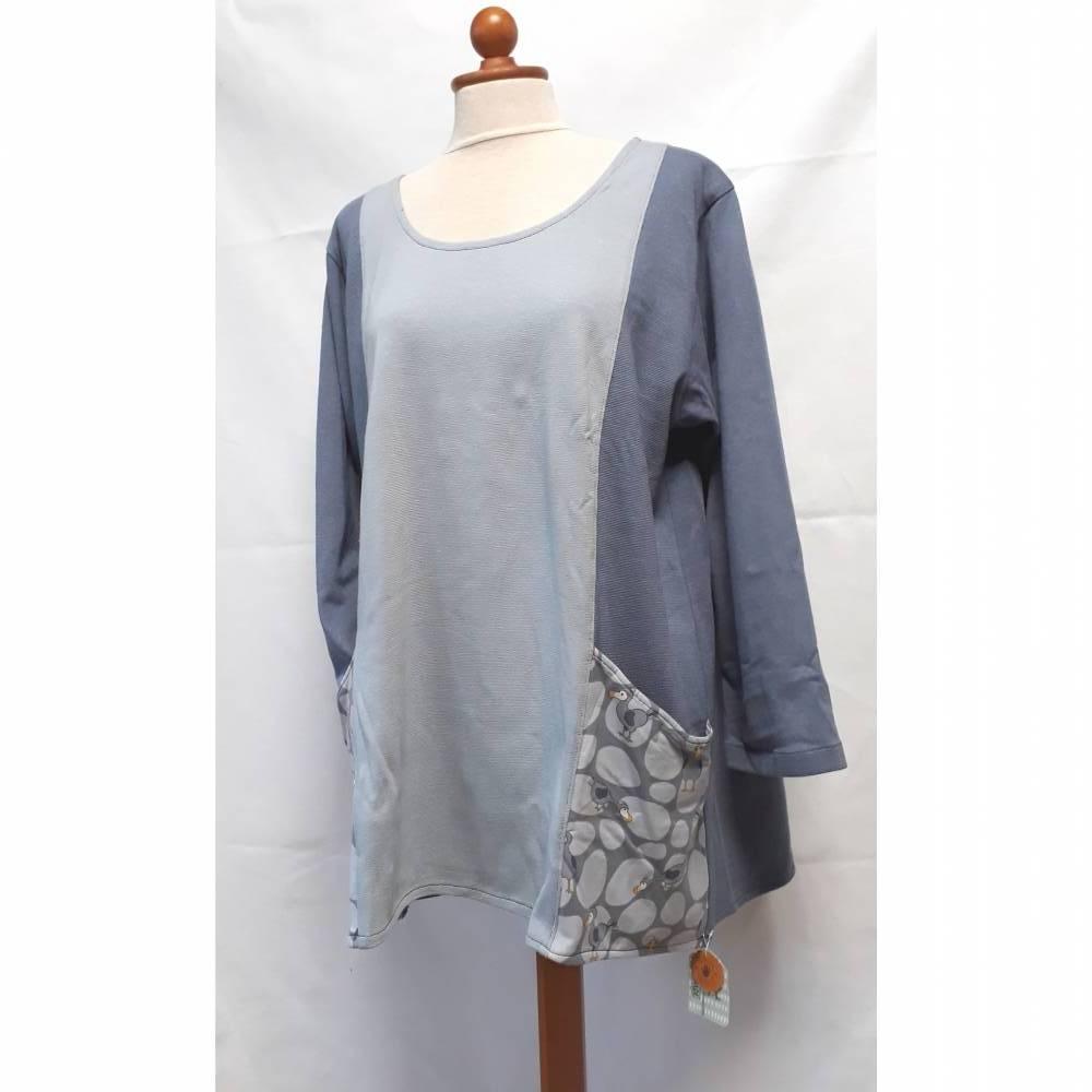 Damenshirt, 3/4-Arm, aus grauem Bio-Baumwollstoff, farblich abgesetzt, mit grau-bunten Taschen mit Vogel-Muster  Bild 1