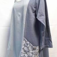 Damenshirt, 3/4-Arm, aus grauem Bio-Baumwollstoff, farblich abgesetzt, mit grau-bunten Taschen mit Vogel-Muster  Bild 2